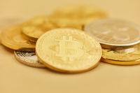 Bitcoin Münzen auf Haufen als Kryptowährung
