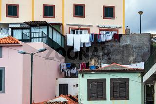 Wäsche auf der Leine in Camara de Lobos auf der Insel Madeira, Portugal