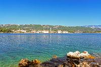 Blick auf die Adria und die kroatische Insel Rab mit Felsen im Vordergrund