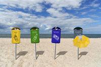 Mülltrennung am Strand