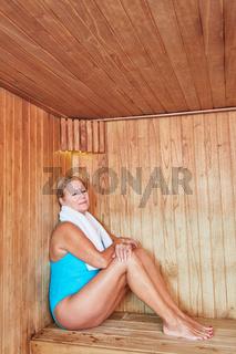 Alte Frau sitzt entspannt in der Sauna