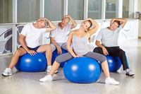Gruppe Senioren dehnt Nacken im Fitnesscenter