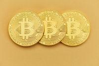 Drei Bitcoin Münzen als Internet Finanzen Konzept