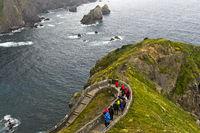 Zickzack-Weg auf der Insel San Juan de Gaztelugatxe über der Bucht von Biskaya, Spanien