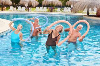 Vitale Senioren machen Aquagymnastik