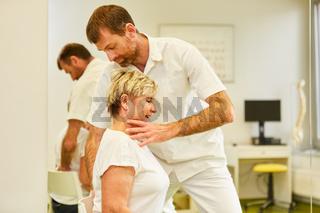 Kompetenter Chiropraktiker behandelt Rückenschmerzen