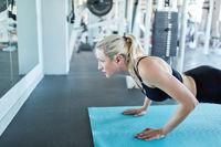 Sportliche junge Frau macht Liegestütz