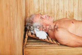 Alter Mann entspannt in einer Sauna