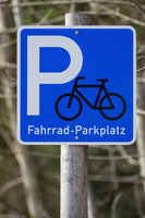 A sign, bicycles can park here