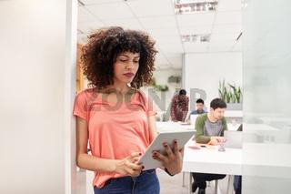 Afrikanische Business Frau mit Tablet Computer