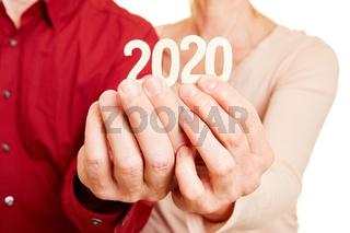 Senioren Hände halten Zahl 2020 für das Jahr