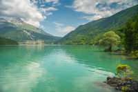 Der Molvenosee liegt eingebettet zwischen Bergen in den Dolomiten, Italien