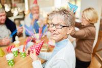 Senior Frau im Altenheim feiert Fasching