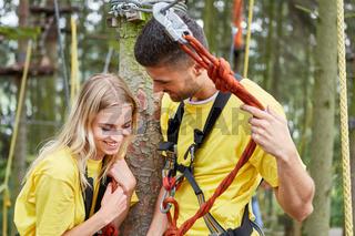 Junges Paar in einem Workshop im Kletterwald