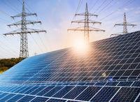 Photovoltaikanlage mit Strommasten