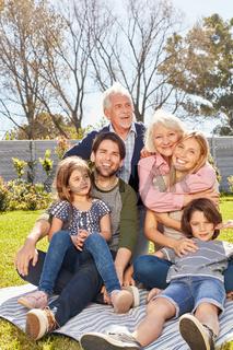 Glückliche Großfamilie mit Kindern und Großeltern
