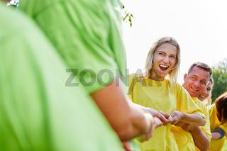 Junge Frau beim Wettkampf im tauziehen