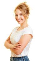 Selbstsichere junge Frau mit verschränkten Armen