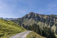 Wanderweg mit Aussicht auf Berg Arvigrat, Nidwalden, Schweiz
