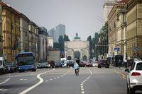 Straßenverkehr vor dem Siegestor München