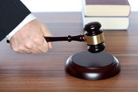 Richter trifft Entscheidung