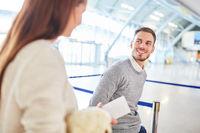 Junges Paar zusammen im Flughafen Terminal