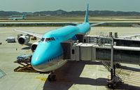 Boeing 747-8i der Korean Air mit doppelter Passagierbrücke,Flughafen Seoul, Südkorea