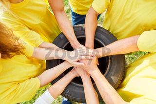 Junge Leute stapeln Hände als Team Übung