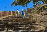 Einheimische Männer im Gespräch auf der Treppe, Kirche Abreha wa Atsbaha bei Wukro, Tigray,Äthiopien