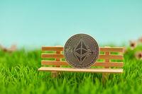 Ether Münze auf Bank als Geldanlage Konzept