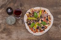 Aufsicht auf eine Pizza auf Holz