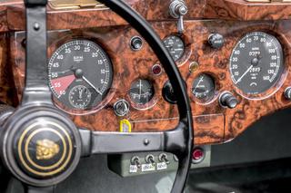 Oldtimer Jaguar XK 140 DHC SE, Baujahr 1955, 3600 ccm, 210 PS, 210 km/h, Nahaufnahme des Armaturenbretts mit Lenkrad