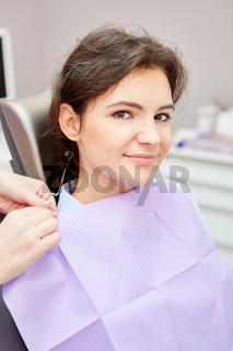 Frau als Patientin wartet unsicher auf Untersuchung