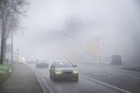 Straßenverkehr im Nebel