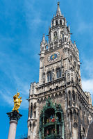 Die Mariensäule, das Glockenspiel und der Turm des Neuen Rathauses