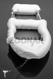 Das verschneite Boot