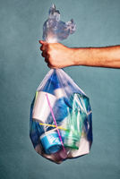 Tüte mit Plastikmüll