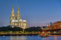 Der berühmte Kölner Dom und der Rhein