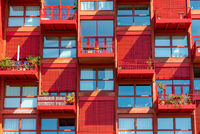 Fassade eines roten Apartmenthauses