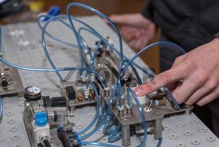 Pneumatik durch Knopfdruck an einer Maschine anwenden - Nahaufnahme