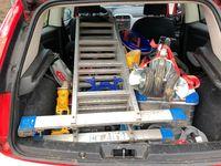 keine Ladungssicherung beim Transport von Material in einem Kofferraum