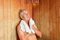 Senior Mann schwitzt in der Dampfsauna