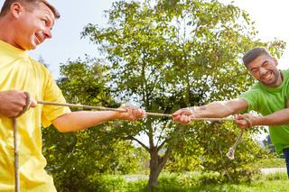 Zwei Männer trainieren Kraft und Fitness