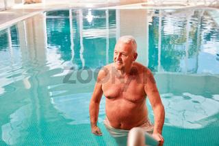 Entspannter Rentner im Schwimmbad