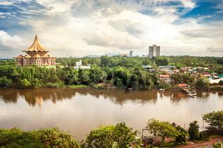 Blick über den Sarawak-Fluss auf die nördliche Seite der Stadt Kuching mit DUN-Komplex und Fort Margherita