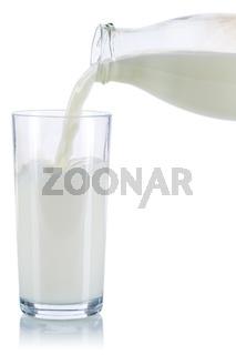 Milch einschenken eingießen eingiessen Glas Flasche Milchglas freigestellt Freisteller isoliert