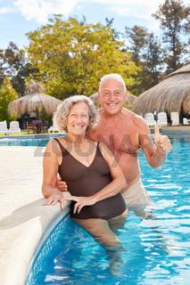 Senioren Paar im Pool des Wellness Hotel