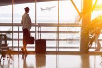 Geschäftsfrau am Flughafen schaut auf Flugzeug