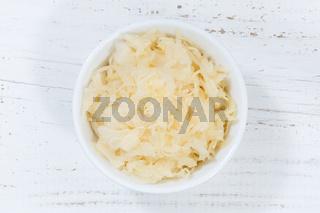 Sauerkraut Weißkraut Kraut geschnitten von oben Holzbrett