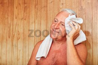 Mann wischt den Schweiß von der Stirn